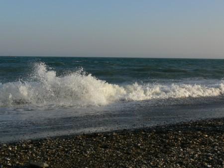 Olas rompiendo contra la playa de levante (Torre del Mar)