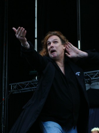 el cantante de Molly Hatchet no escuchaba a los congregados.