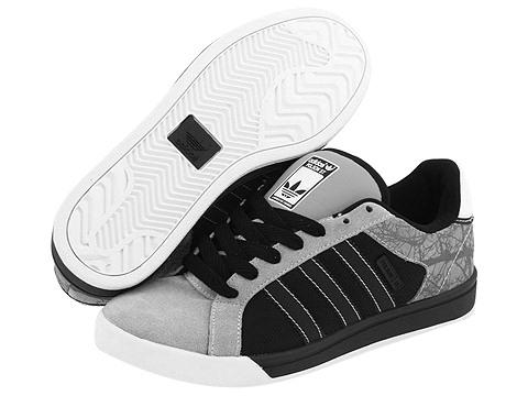a267f0687 ... el arrastre esta mañana me he comprado estas «blancas». Con un diseño  clásico de zapatilla de tenis