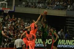 Fran Vazquez a puntito de taponar a Tucker en la Lliga Catalana