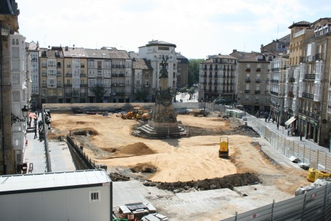 Plaza Virgen Blanca (Vitoria) en obras.