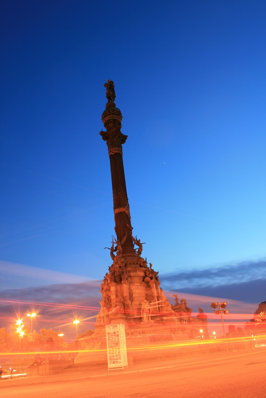 Fotos de día y de noche de la ciudad de Barcelona