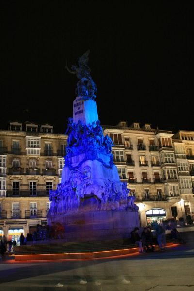 Monumento en la plaza de la Virgen Blanca (Vitoria)