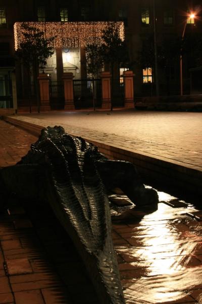 Cocodrilo frente a la catedral nueva, Vitoria Gasteiz