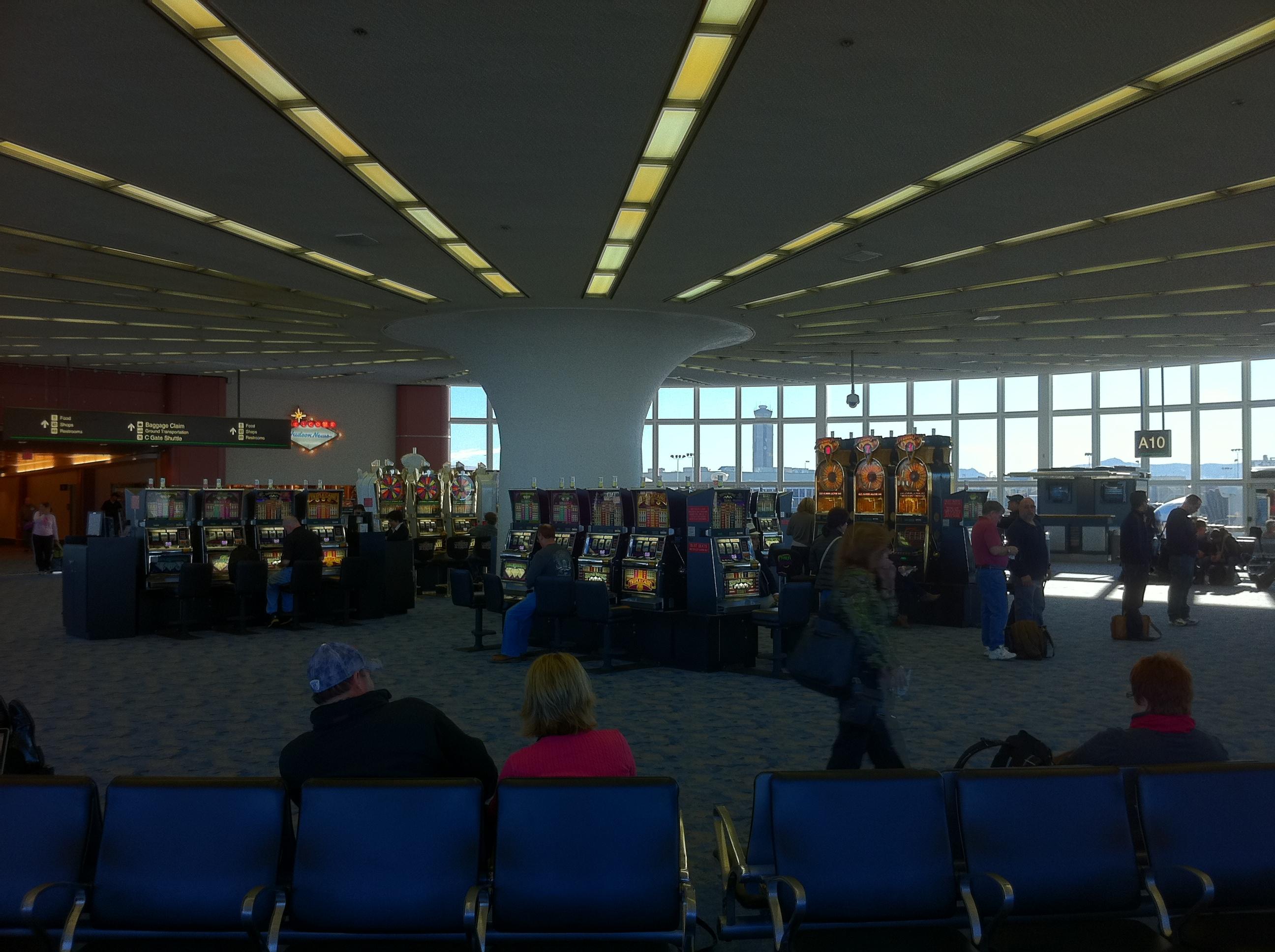 Sala de embarque del aeropuerto de Las Vegas. Si, lo de en medio son máquinas tragaperras.
