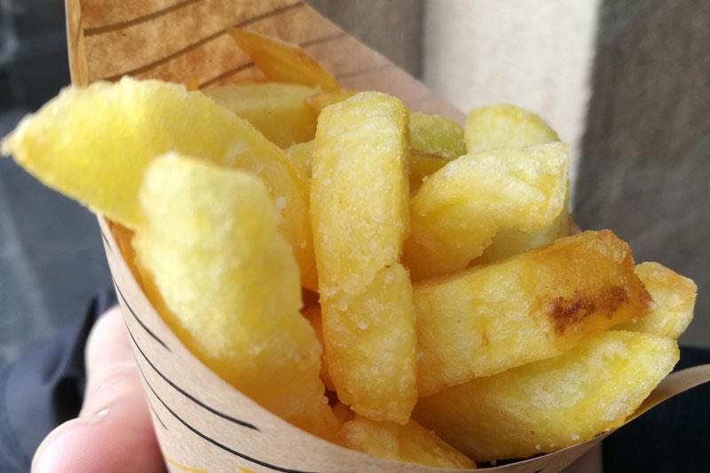 Un cucurucho de patatas fritas de Gracia y Salero, en Vitoria